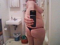 Hausfrau fotografiert sich selbst nackt
