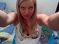 Blondes Luder macht geile Nacktfotos von sich selbst