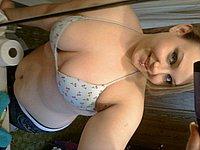 Amateurin mit sexy Kurven fotografiert sich selbst nackt