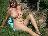 Reife Blondine nackt im Freien