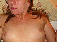 Hausfrau zeigt ihre nackten Br�ste und ihre Muschi