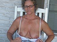 Reife geile Hausfrau nackt und beim Blasen
