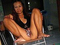 Asiatin zeigt freiz�gig ihre nackte Muschi