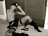 Sexy Blondine in Strapsen und Polizei Uniform