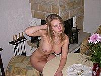 Schöne Blondine nackt und beim Blasen