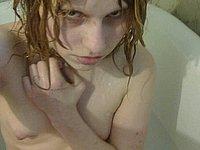 Mädchen nackt im Badezimmer
