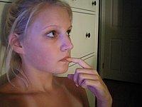 Junges scharfes Blondchen (18) nackt fotografiert