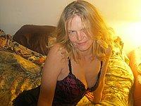 Reife Blondine nimmt dich mit aufs Bett