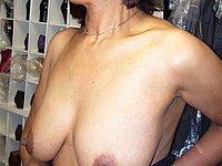 Ehefrau mit schönen prallen Brüsten