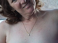 Reife Frau nackt im Auto