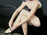 Schlanke Schönheit in Unterwäsche und nackt