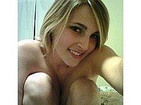 Scharfes Mädchen nackt auf dem Bett