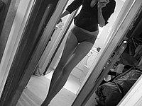 Scharfe junge Frau mit endlos langen Beinen