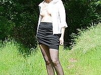 Reife Strapsmaus zeigt im Freien ihre nackte Muschi