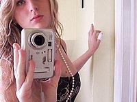 Junge Blondine (18) macht erotische Fotos von sich