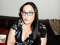 Mollige Frau zeigt ihre nackte Muschi