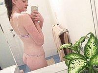 Junge geile Amateurin im Badezimmer fotografiert