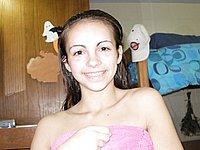 Süsse 18 Jährige lutscht ihrem Freund den Schwanz