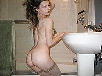 Nackt im Badezimmer - Junges Luder zeigt ihren heissen Körper