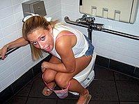 Pissende Weiber - Private Toiletten Bilder
