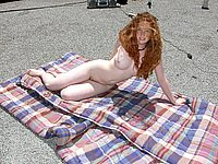 Geile Rothaarige nackt im Freien
