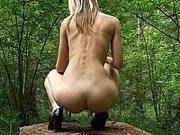 Nackt im Wald - Junge blonde Naturistin (18)
