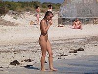 Junge Blondine nackt in der �ffentlichkeit - Nackt am Strand