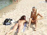 Junge M�dchen nackt am FKK Strand - Intime Urlaubsbilder