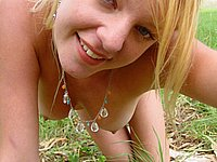 Junge Blondine nackt im Freien - Sch�ne Br�ste und harte Nippel
