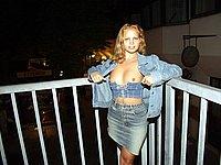 Scharfe Blondine - Nackte Br�ste und Muschi in der �ffentlichkeit