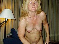 Reife Frau mit grossen Schamlippen und feuchter Möse