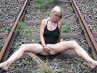 Blondes Luder nackt in der �ffentlichkeit
