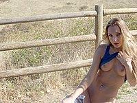 Sexy Blondine nackt im Auto und nackt im Freien