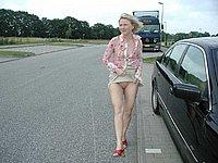 Sexy Blondine zeigt ihre nackte Muschi im Freien