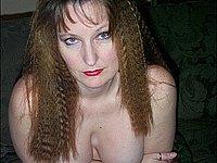 Reife Frau nackt auf der Couch