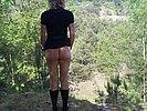 Geile Blondine zeigt ihre Muschi nackt im Freien