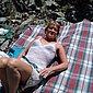 Reife Muschi mit grossen Schamlippen nackt im Freien