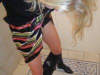 Blonde Sau zeigt ihre Möse auf der Toilette