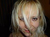 Zeigefreudige Blondine mit dicken M�psen und grossen Schamlippen