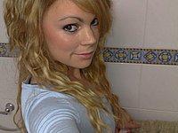 Kleines blondes Luder (18)  nackig und beim Sex mit dem Freund