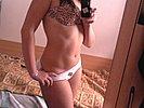 Geiles M�dchen fotografiert sich selbst nackt mit dem Handy