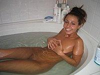 Geile Schlampe nackt in der Badewanne und beim Sex