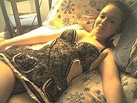 Zeigefreudig nackt auf dem Bett