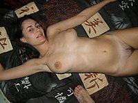 Sch�ne junge Frau nackt und beim Schwanz blasen