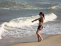Heisse junge Frau im Urlaub