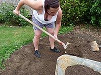Reifes Luder freiz�gig bei der Gartenarbeit fotografiert