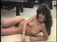 Schöne Frau nackt auf dem Fussboden