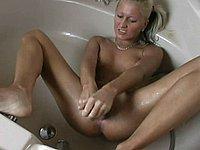 Blonde Sau befriedigt sich in der Badewanne