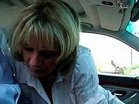 Schwanz blasen im Auto mit Sperma schlucken
