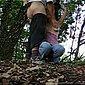 Mit den Händen an den Baum gefesselt - Geil blasen bis zum Abspritzen